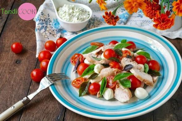 Легкий сирний салат з куркою та базиліком