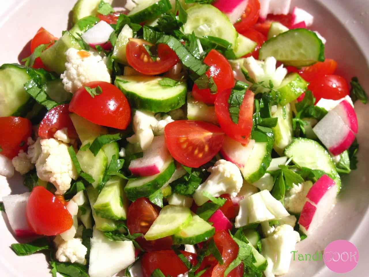 Салат з редиски з помідорами та грінками