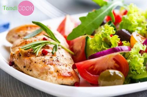 Дієтичний салат з курячою грудкою